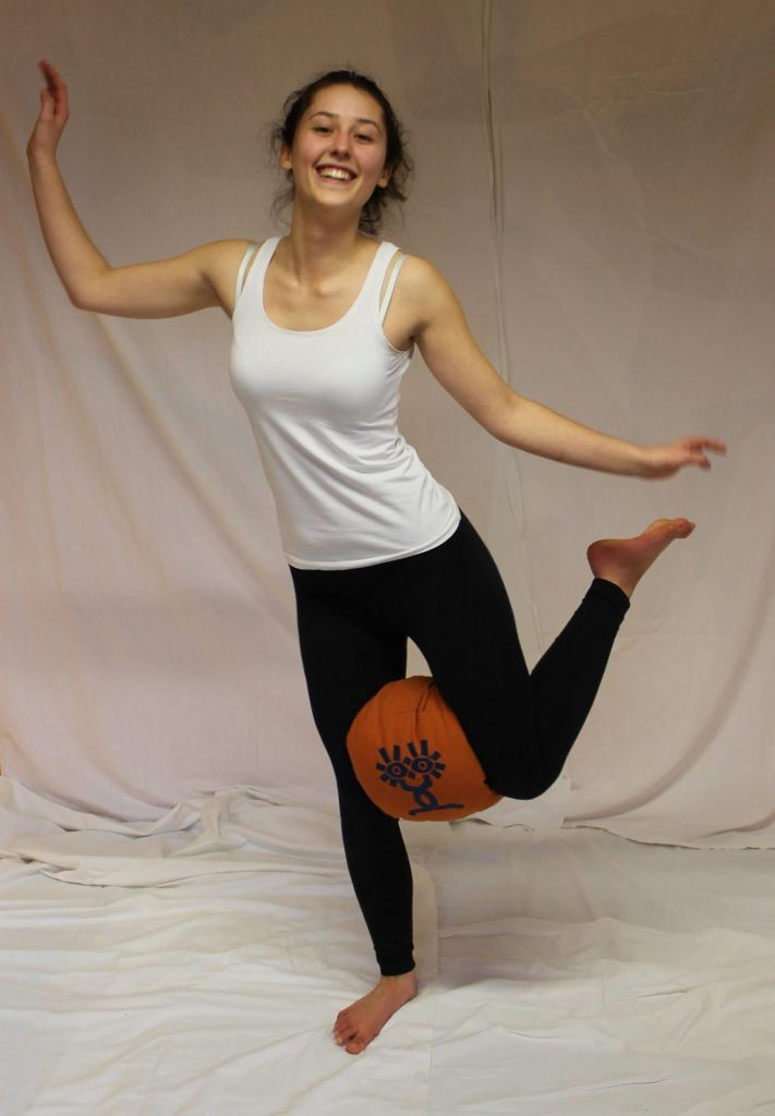 Elena mit Yogakissen